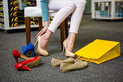 新版女式鞋店取名起名方法——试穿高跟鞋