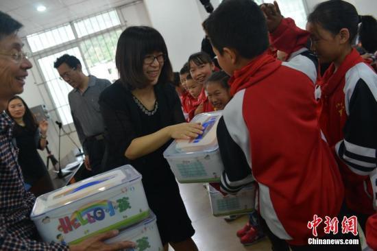 中国儿童少年基金会爱心探访团来到地震灾区,送来爱心套餐
