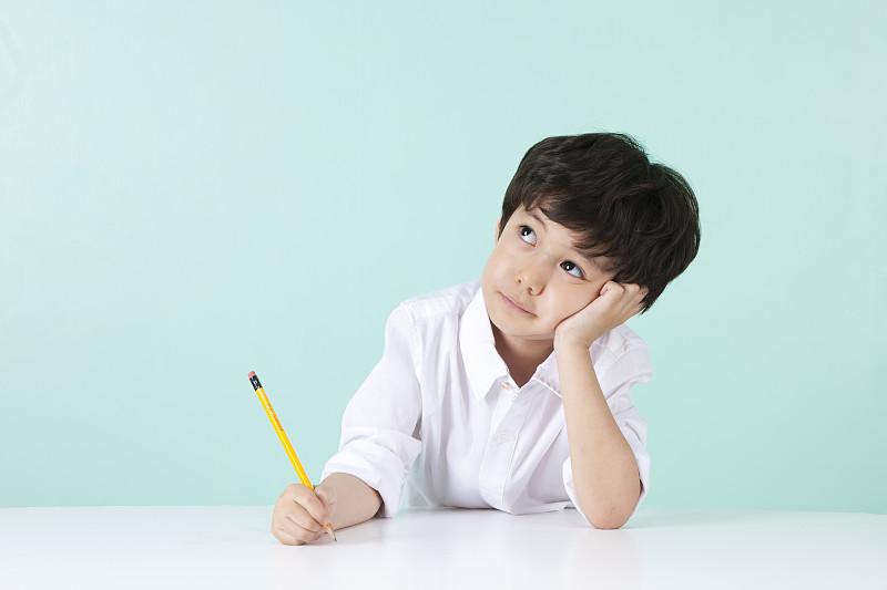 小男孩思考问题,起名避免重名