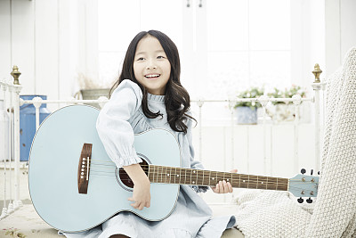 可爱小女孩弹吉他,起名音韵应该怎么起才好