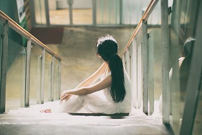 许姓女孩起名——坐在楼梯的女孩