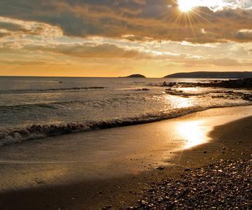 黄金海岸,比喻海中金