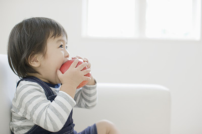 小男孩大口吃苹果,傅姓男孩起名