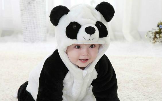 扮熊猫的可爱男孩