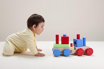 在玩玩具的小男孩