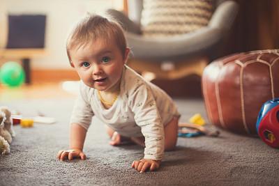 爬行中的可爱小男孩