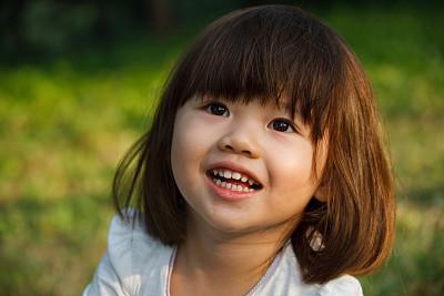 开心欢笑小女孩