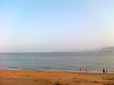 海滩,表示沙中土。