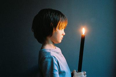 男孩子拿着蜡烛,男孩起名有内涵