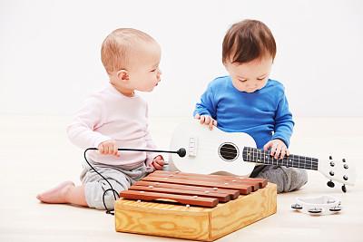 两宝宝摆弄乐器,宝宝生辰八字起名要注意