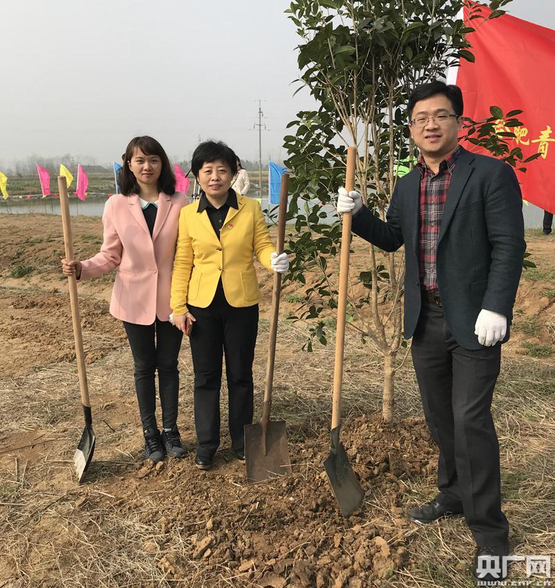 苏明娟和同事义务植树