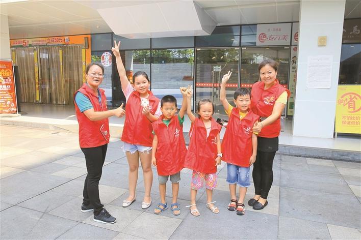 手拉手,一个也不能少 7月22日,盐田分部的小志愿者在壹海城广场进行城市穿越挑战