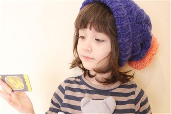 紫色帽子可爱小女孩