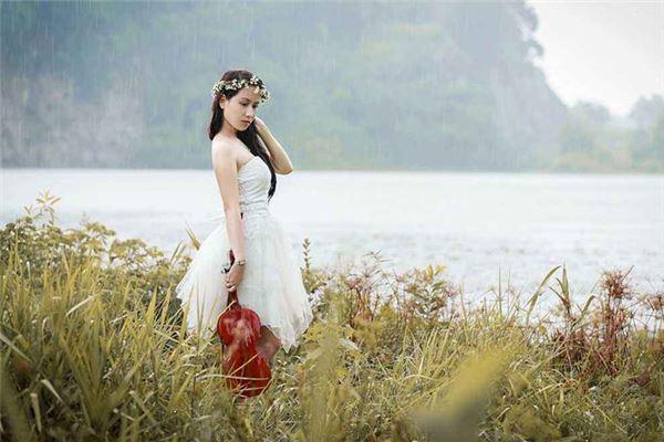 美女手持小提琴站在江边-典籍起名