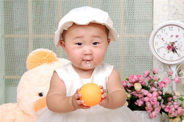 小宝宝玩耍-用《诗经》的取名方法