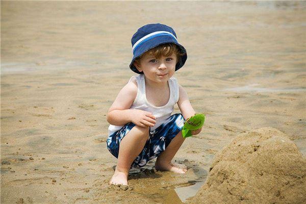 小男孩在海滩玩耍