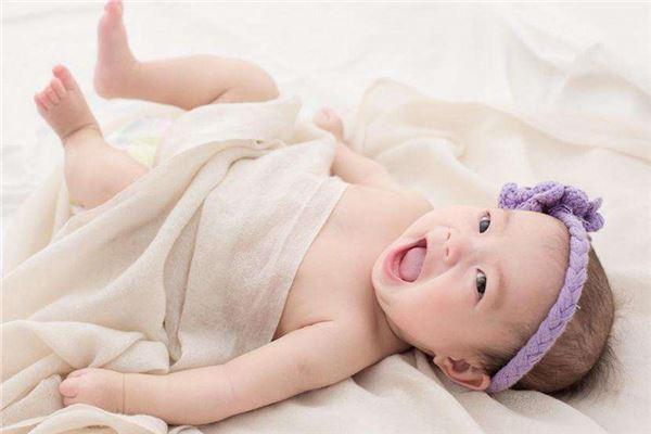 笑得很开心的小宝宝-宝宝英文名