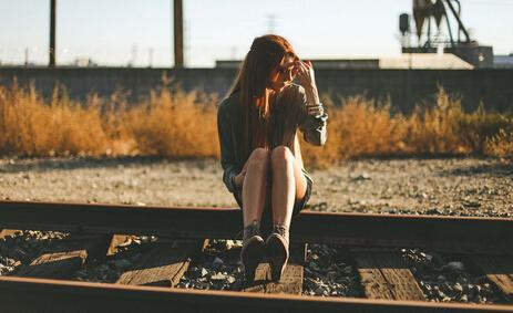 坐在铁轨的女孩